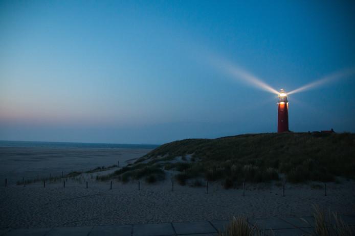 Weekwinnaar Raymond van den Bunt maakte deze prachtige foto. Het wordt ook wel het blauwe uurtje genoemd, als de lucht net na zonsondergang diepblauw kleurt. Het 'uurtje' duurt overigens meestal maar een minuut of tien. Het licht van vuurtoren Eierland in De Cocksdorp maakt het beeld af.