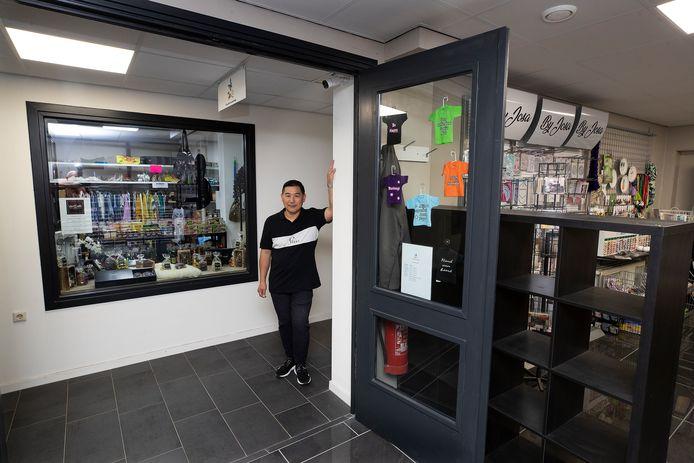 Kan Ki Man in zijn winkelcentrum 'Het Raadhuis' in Varsseveld.