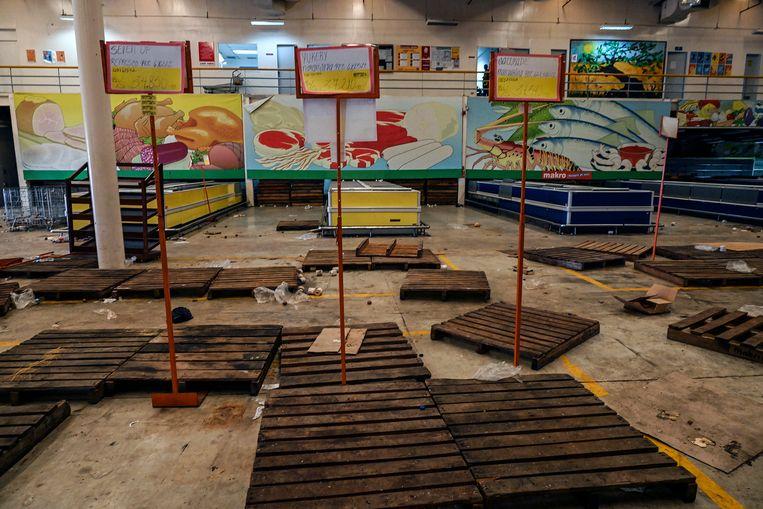 In maart werd Venezuela geplaagd door een algemene black-out. Heel deze supermarkt in Maracaibo werd leeggeplunderd – een van de vele. Beeld AFP