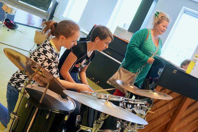 Leerlingen van de schoolband van het Cambium College oefenen, onder toeziend oog van regisseur Natasha van Maanen, voor de musical 'Sodeknetter, Super Soap!'