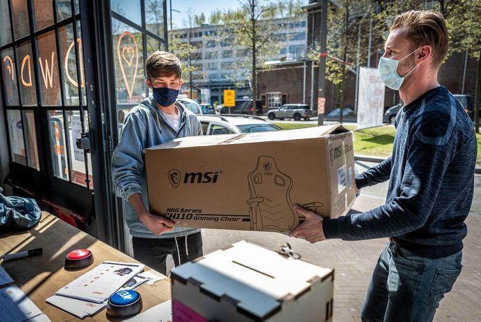 Inzamelingsactie voor Libanon. Fontys studenten Brian Schellekens (rechts) en Lex Beusink nemen spullen in ontvangst.