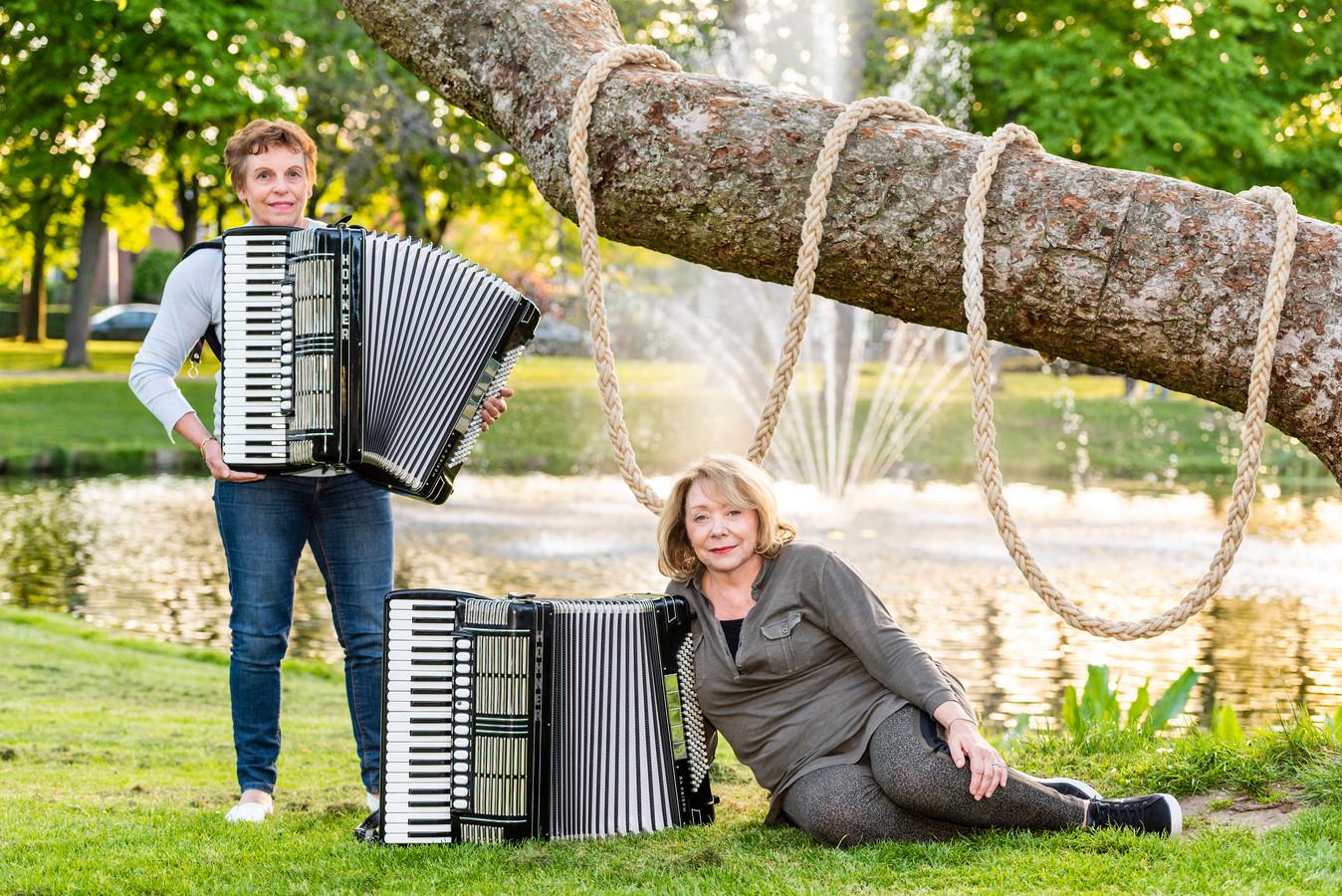 Hanny van Holland (l) en Elly Geenevasen zijn de drijvende krachten achter het accordeonistenorkest dat zondag voor het eerst de hedendaagse opera.