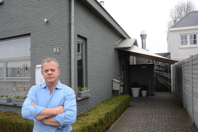 Dominik Brouwers aan de ingang van zijn zaak waarlangs de dieven via het dak naar boven klauterden.