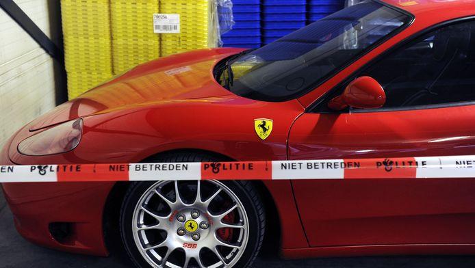 Een in beslag genomen Ferrari bij een politiebureau in Utrecht