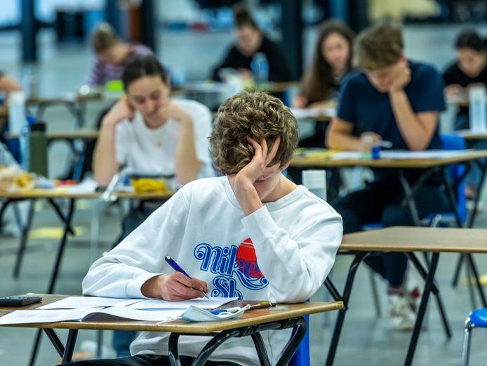 Leerlingen van UniC maakten vorige maand hun examens vanwege corona in een hal van de Jaarbeurs.