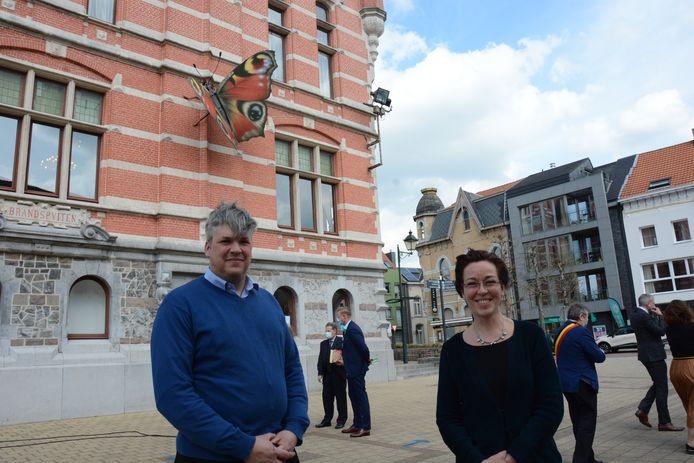 Jo Delmotte van LVP Engineering en kunstenares Marijke Meersman bij de vlinder aan het gemeentehuis.
