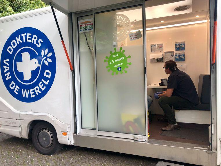De rondreizende Zorgbus van Dokters van de Wereld helpt ongedocumenteerden die medische zorg nodig hebben. Beeld Guus Dubbelman