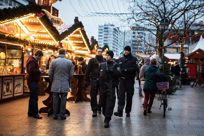 Politie op de heropende kerstmarkt na de aanslag in 2016.