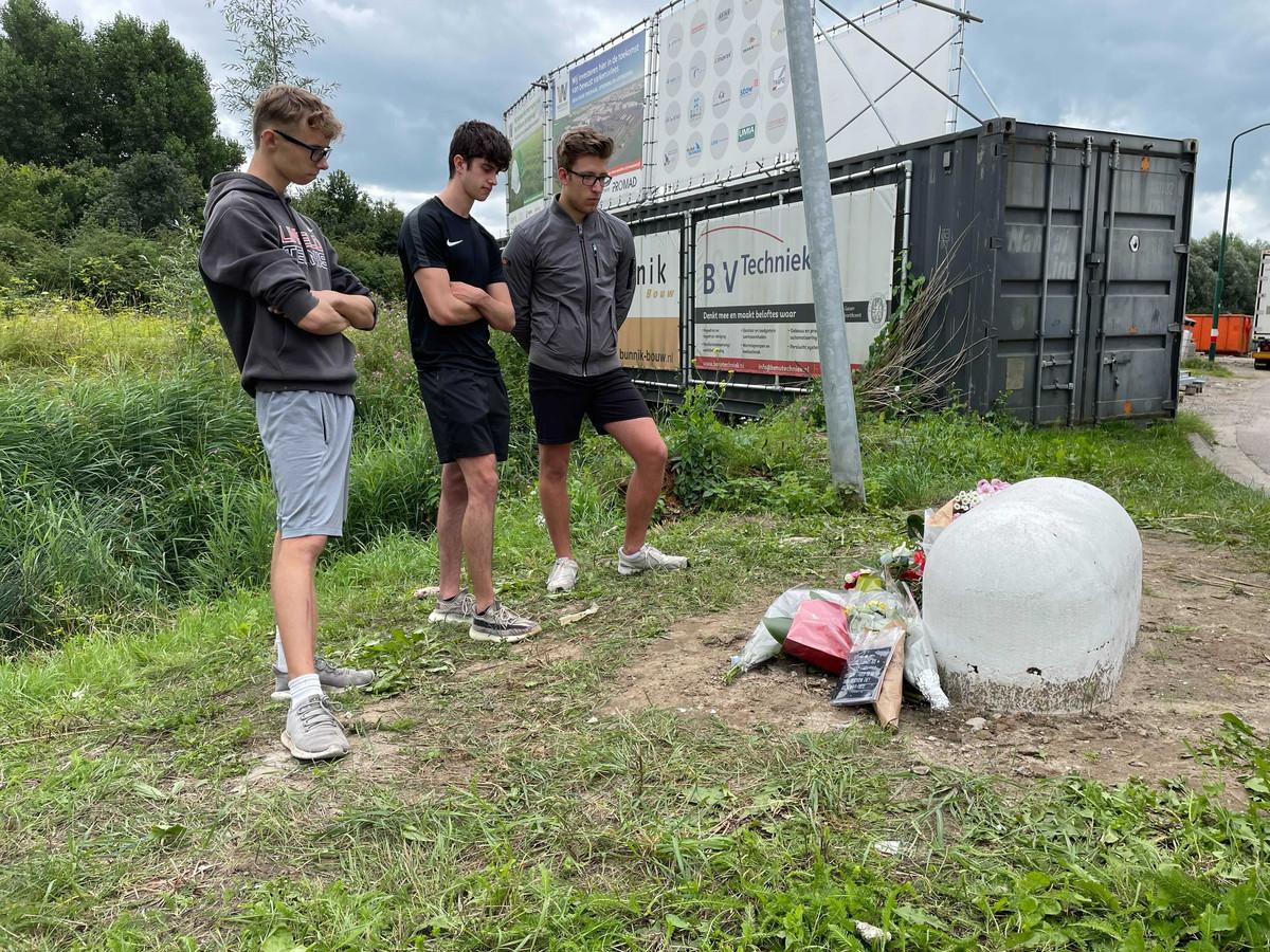 Bloemen voor Noah en Isay bij de plek van het verkeersongeluk in IJsselstein. Met van links naar rechts: Ruben Martens, Dyon van Raaij en Bas Krauwel.