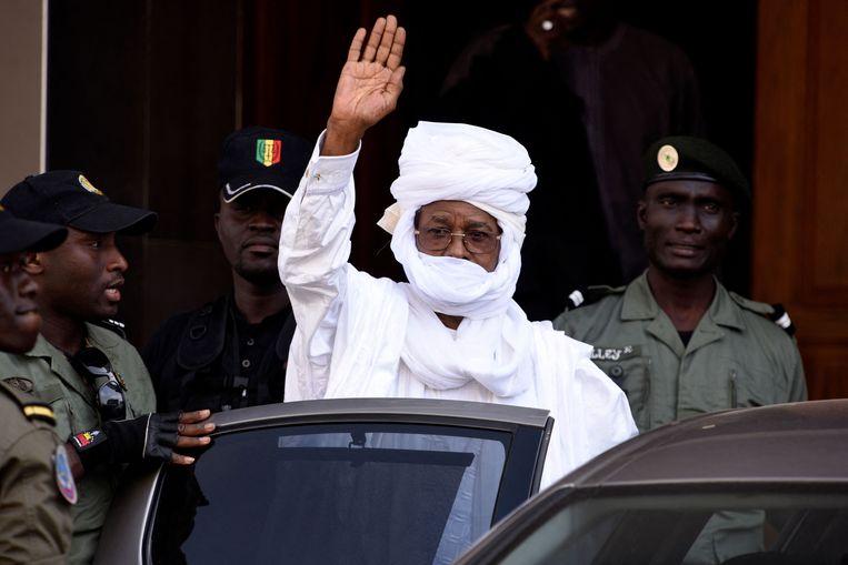 Oud-dictator van Tsjaad Hissène Habré op 3 juni 2015 bij het verlaten van een rechtbank in Senegal. Beeld AFP