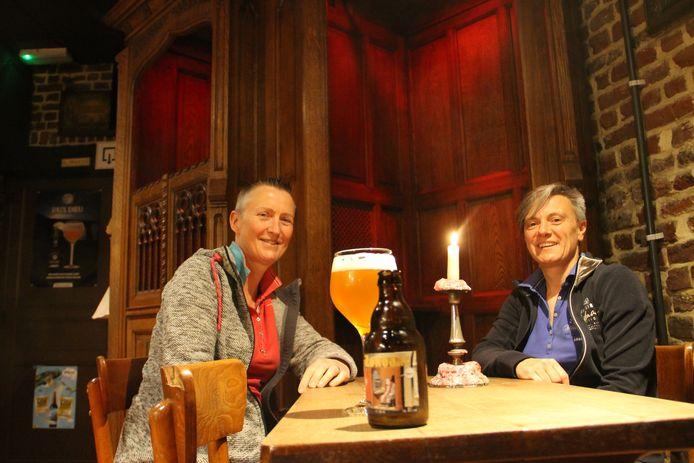 Ann en Nathalie met hun eigen Zondaar-bier in café Den Biechtstoel in Meulebeke.