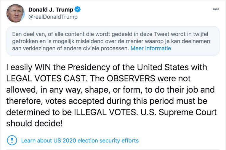 Tweets waarin Trump zonder bewijs de overwinning claimt en het stemproces in twijfel trekt, worden door Twitter voorzien van een waarschuwing. Beeld RV
