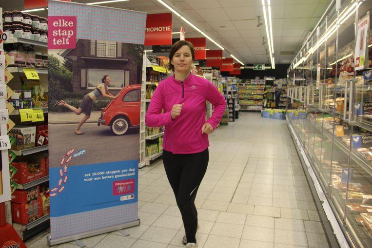 Tina Van Havere traint in supermarkt Carrefour, één van de deelnemers van de KrisKrasCross.