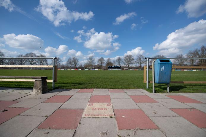 D'ran staat er op een tegel voordat voetballers in Daarlerveen het veld betreden. De klassieker Daarlerveen - Daarle ging zaterdag niet door.