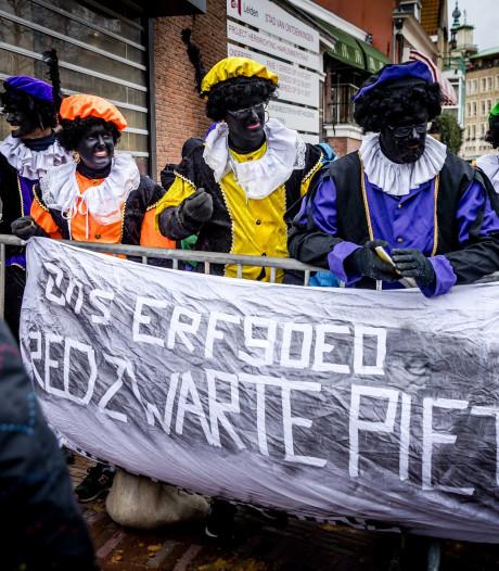 Go Ahead Eagles-supporters naar intocht Apeldoorn om te demonstreren vóór Zwarte Piet