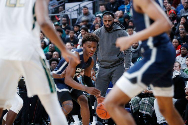 LeBron James volgt geconcentreerd het spel van zijn zoon Bronny (met bal).  Beeld Hollandse Hoogte / Getty Enterta