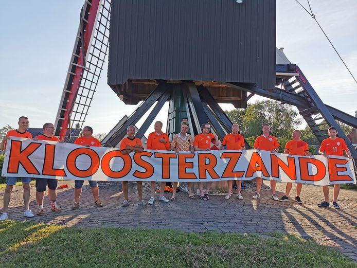 De thuiswedstrijden van het Nederlands elftal een vleugje Kloosterzande geven, dat doen deze vrienden al jaren.