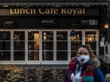 Daar brandt geen licht: de troosteloze aanblik van lege cafés en restaurants