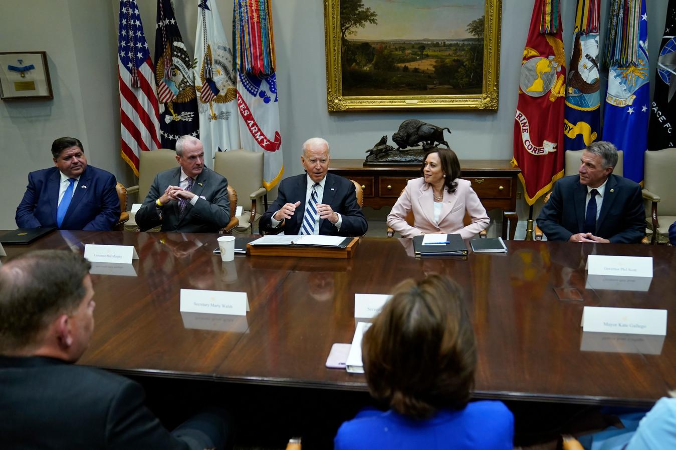 De Amerikaanse president Joe Biden tijdens een van de besprekingen met de senaat en andere politici over het infrastructuurpakket waarover woensdag overeenstemming is bereikt.