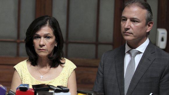 De minister van Economie Sergio de la Torre en minister van Onderwijs Cynthia del Aguila.