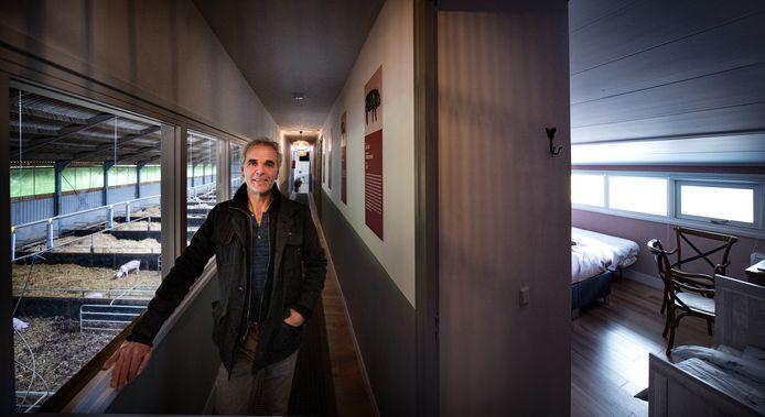 """Porcus Campus mag eindelijk open als hotel en vergadercentrum. ,,We hebben hier zeventig varkens. Maar het aantal is niet belangrijk, de verschillende rassen wel. Daarvan hebben we er zestien. Dat maakt het wel uniek. Ik denk dat je nergens ter wereld zoveel varkensrassen op één plek kan vinden"""", zegt Maarten Rooijakkers."""