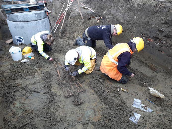 Het team van studiebureau BAAC aan het werk tijdens de opgravingen in de Ros Beiaardstraat.