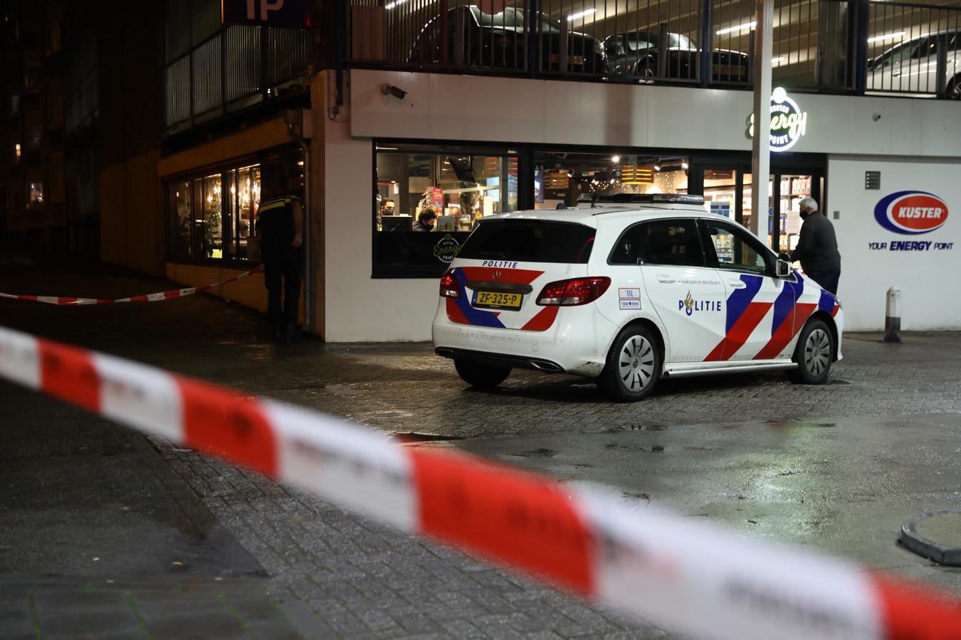 Politie bij de overval aan de Van Muijlwijkstraat in Arnhem.