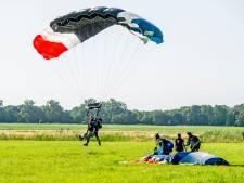 Inwoners Rhoon kijken hun ogen uit: parachutisten komen met bossen uit de hemel
