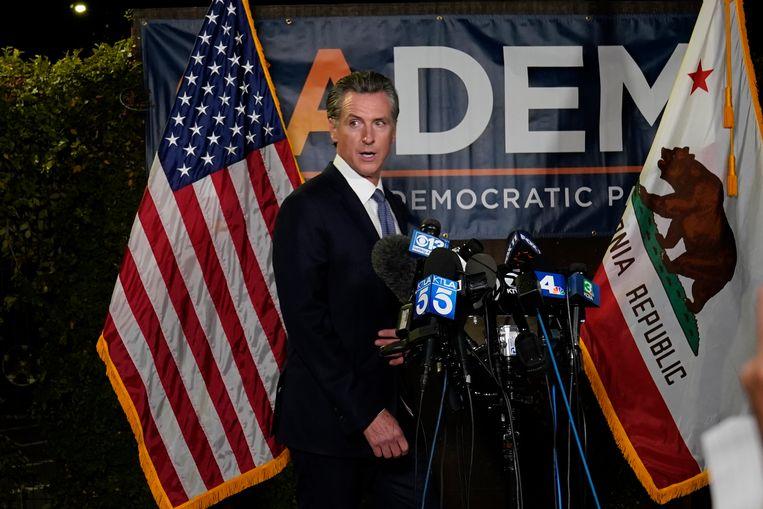 Gouverneur Gavin Newsom tijdens een persconferentie na de Californische verkiezingsnacht.  Beeld AP