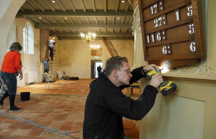Vrijwilligers houden grote schoonmaak in een hervormde kerk.