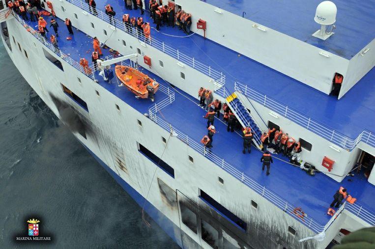 Achterbleven passagiers op de veerboot. Beeld anp