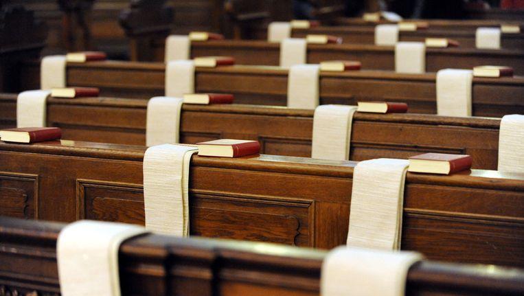 Lege banken in een rooms-katholieke kerk in Duitsland. Beeld EPA