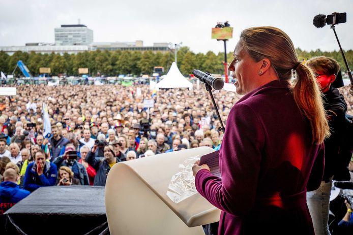 Minister Carola Schouten (Landbouw) spreekt op het Malieveld. Ze belooft dat de veestapel onder haar ministerschap niet wordt gehalveerd.