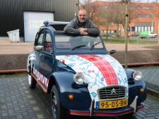 Van deze 'Lelijke Eend', beschilderd met culturele waarden, vallen in Spakenburg de monden open