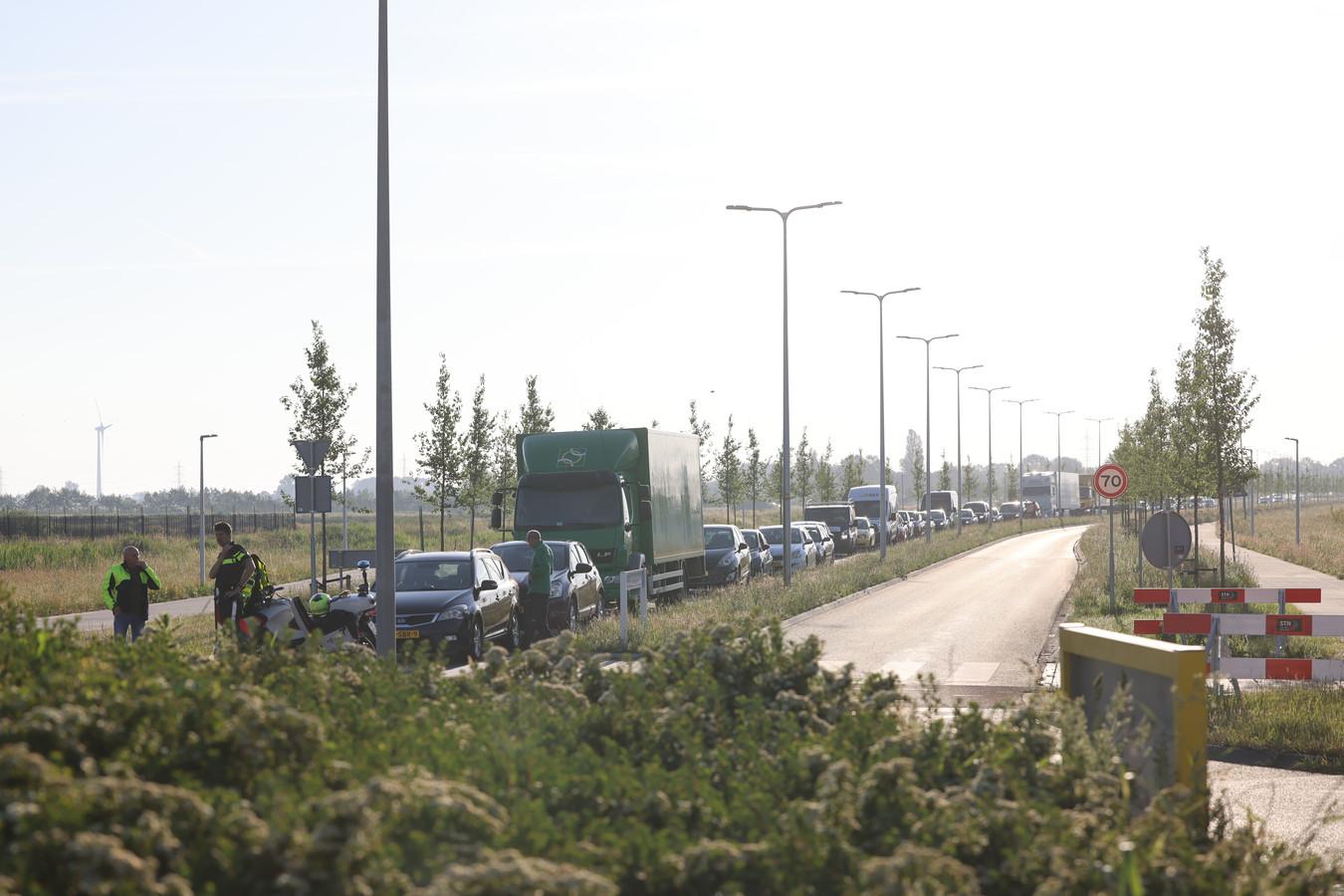 Op de toegangsweg naar het bedrijventerrein liep het verkeer vast.