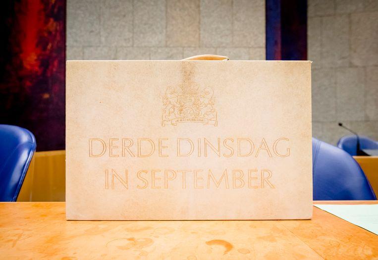 Het koffertje met daarin de rijksbegroting en miljoenennota in de Tweede Kamer op Prinsjesdag in 2017 Beeld ANP