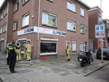 Smeulend stekkerblok veroorzaakt brand in Delftse winkel; vijf omwonenden naar ziekenhuis