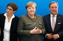 Bondskanselier Angela Merkel (m) met links de ontslagnemende partijvoorzitter Annegret Kramp-Karrenbauer en rechts een van haar beoogde opvolgers Armin Laschet (minister-president van de deelstaat Noordrijn-Westfalen)