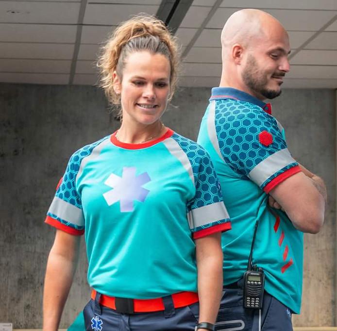De nieuwe kleding voor ambulancepersoneel is ontworpen door Karin Slegers, leerkracht aan het Summa Fashion in Eindhoven.