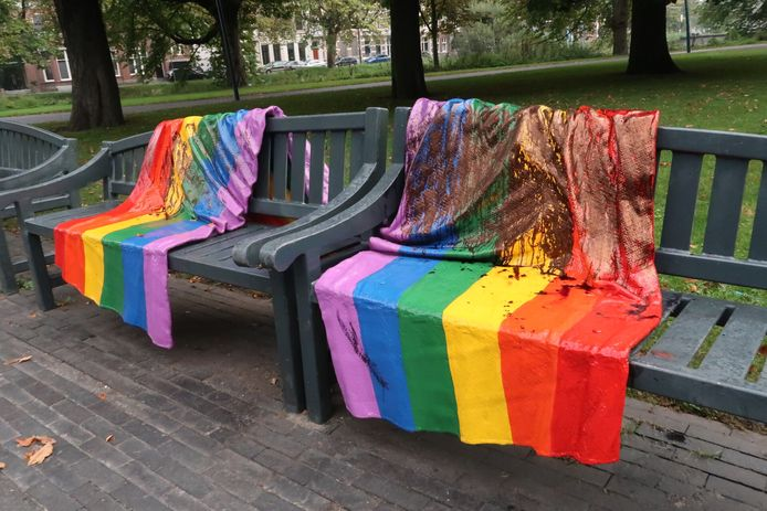 Het Regenboogjebankje in het Valkenbergpark in Breda is wederom beklad.