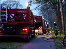 Brandweer blust beginnende bosbrand in Molenschot