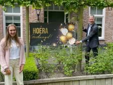 Minister feliciteert geslaagde Roos in Domburg, 'de zenuwen gierden door mijn keel!'
