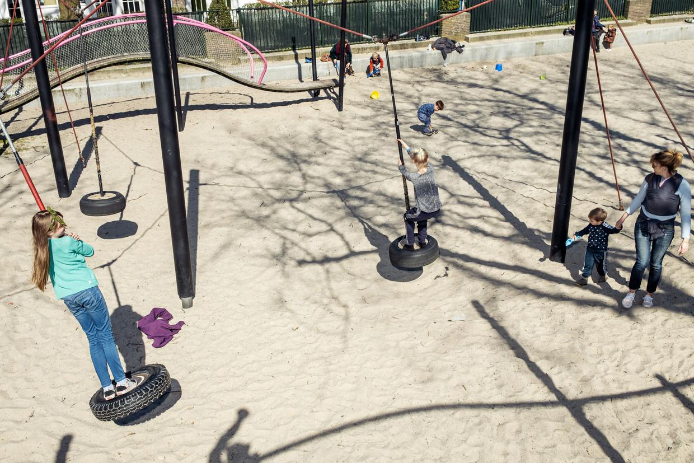 Kinderen in de speeltuin in het Oosterpark. Beeld Jakob Van Vliet