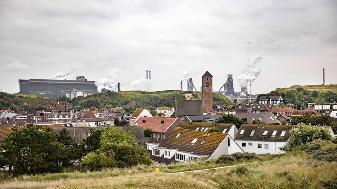 De hoogovens van Tata Steel gezien vanuit Wijk aan Zee.
