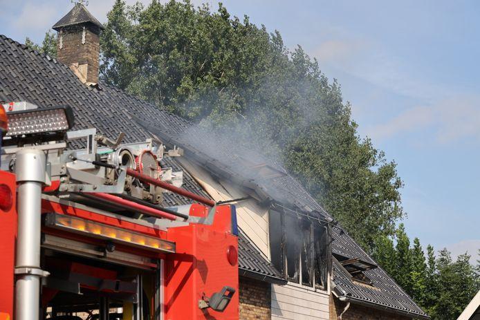 Op de eerste verdieping van een woning in de Dorpsstraat in Rijswijk is maandagmiddag brand uitgebroken.