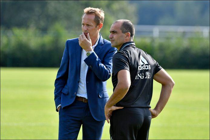 Bob Madou aan het overleggen met bondcoach Roberto Martínez.