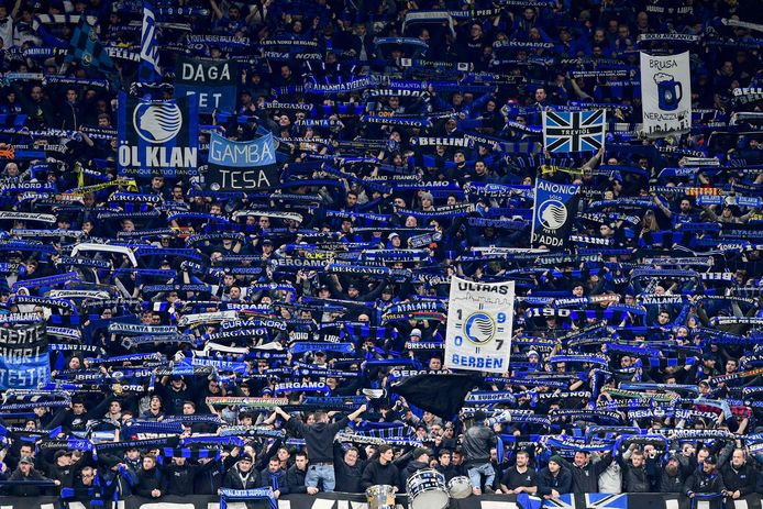 Fans van Atalanta Bergamo bij de heenwedstrijd tegen Valencia op 19 februari. In San Siro in Milaan werd met 4-1 gewonnen. Bij de return in Valencia zijn geen fans welkom.