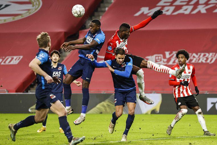 AZ-verdediger Martins Indi laat zijn kopkracht zien. Beeld ANP