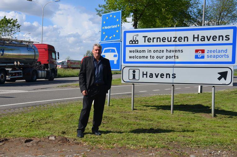 Zelzaats burgemeester Frank Bruggeman (VLD-SD) aan de grensovergang aan de Traktaatweg. Binnenkort gaat die weg in Nederland van twee naar vier rijstroken, maar in Zelzate nog niet. Het verkeer komt dan in een flessenhals terecht.