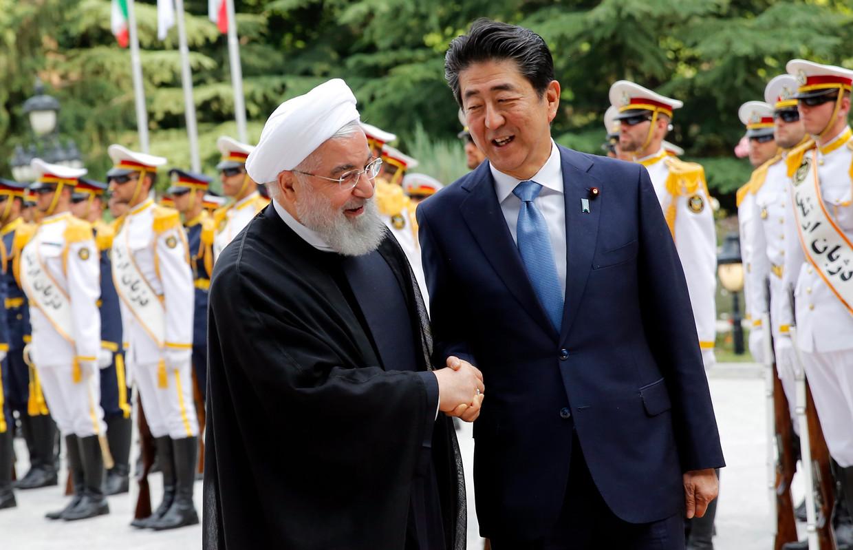 De Japanse premier Shinzo Abe met de Iraanse president Hassan Rouhani.